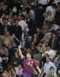 """<p>Игрок """"Барселоны"""" Лионель Месси радуется голу, забитому в ворота """"Реала"""", в Мадриде 10 апреля 2010 года. Форвард """"Барселоны"""" Лионель Месси находится в такой фантастической форме, что остановить его можно только при помощи пулемета, считает бывший игрок каталонцев, обладатель """"Золотого мяча"""" болгарин Христо Стоичков. REUTERS/Felix Ordonez</p>"""