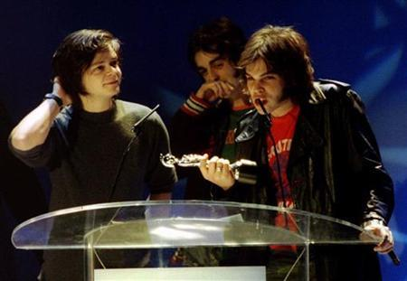 Oxford trio Supergrass accept their Brit Award at the ceremony at Earls Court February 19, 1996. REUTERS/Kieran Doherty
