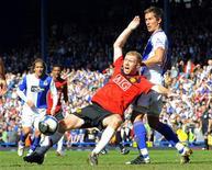 <p>Scholes disputa bola em Blackburn. O Manchester United sofreu seu terceiro grande golpe em oito dias neste domingo, quando um empate sem gols com o Blackburn Rovers prejudicou suas esperanças de obter um quarto título consecutivo no Campeonato Inglês.11/04/2010.REUTERS/Nigel Roddis</p>