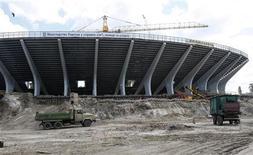 """<p>Вид на стадион """"Олимпийский"""" в Киеве 4 июня 2009 года. Правительство Украины, получившее от УЕФА лишь два месяца чтобы наверстать отставание в подготовке к чемпионату Европы по футболу 2012 года, обещает ускорить строительство на основных объектах, сказал вице-премьер министр Борис Колесников. REUTERS/ Gleb Garanich</p>"""