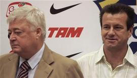 <p>Foto de arquivo do presidente da CBF, Ricardo Teixeira, com o técnico Dunga em 2007. 12/04/2010 REUTERS/Sergio Moraes</p>