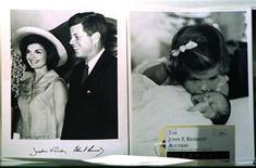 <p>Foto de archivo sin fechar de una serie de imágenes de Jackie Kennedy, su marido el ex presidente estadounidense John Kennedy y sus hijos John Jr. y Caroline. iete entrevistas que Jacqueline Kennedy dio apenas meses después del asesinato de su esposo serán divulgadas por primera vez en un libro que editará su hija, dijo el martes la editorial Hyperion. REUTERS/Peter Morgan</p>