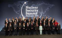<p>Главы международных делегаций на саммите по ядерной безопасности в Вашингтоне 13 апреля 2010 года. Участники саммита по ядерной безопасности в Вашингтоне предпримут согласованные действия для того, чтобы ядерные материалы не попали в руки террористов и не стали сырьем для изготовления бомбы, говорится в проекте коммюнике. REUTERS/Jim Young</p>