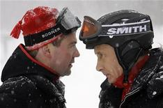 <p>Президент РФ Дмитрий Медведев (слева) и российский премьер-министр Владимир Путин катаются на лыжах в Сочи, 3 яеваря 2010 года. Большинство россиян считают, что президент Дмитрий Медведев все еще находится под контролем партнера по правящему тандему - премьер-министра Владимира Путина - и его окружения. REUTERS/RIA Novosti/Kremlin/Dmitry Astakhov</p>