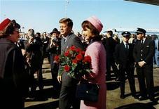 <p>Foto arquivo do presidente John F. Kennedy e a primeira-dama Jacqueline Bouvier Kennedy em Dallas, Texas, menos de uma hora antes do assassinato do presidente, no dia 22 de novembro de 1963. Sete entrevistas que Jacqueline Kennedy deu poucos meses após o assassinato serão publicadas pela primeira vez em um livro editado por sua filha, divulgou a editora Hyperion nesta terça-feira. 22/11/1963 Biblioteca JFK/Casa Branca/Cecil Stoughton</p>