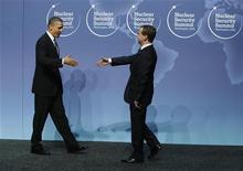 """<p>Президент США Барак Обама приветствует президента России Дмитрия Медведева на Саммите по ядерной безопасности в Вашингтоне 12 апреля 2010 года. Президент России Дмитрий Медведев заявил во вторник, что он и президент США Барак Обама """"изменили атмосферу"""" российско-американских отношений, но потребовал со стороны США большую поддержку по различным проблемам - от экономики до наркотиков из Афганистана. REUTERS/Jason Reed</p>"""