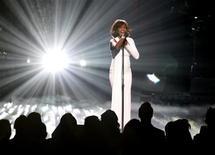 <p>Уитни Хьюстон выступает на церемонии награждения American Music Awards в Лос-Анджелесе 22 ноября 2009 года. Американская певица Уитни Хьюстон после отмены ряда концертов из-за болезни начала британскую часть своего тура, однако некоторые критики не были особо впечатлены ее выступлением. REUTERS/Mario Anzuoni</p>
