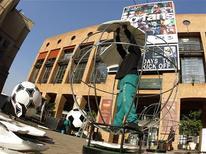 <p>Bola de futebol gigante é exposto em Sandton, Johanesburgo. Torcedores sul-africanos poderão comprar meio milhão de ingressos para as partidas da Copa do Mundo deste ano em dinheiro vivo, depois de a Fifa ter concordado, nesta quarta-feira, a abrir mão da norma pela qual só podiam ser comprados online ou através de sorteio. 14/04/2010 REUTERS/Mike Hutchings</p>