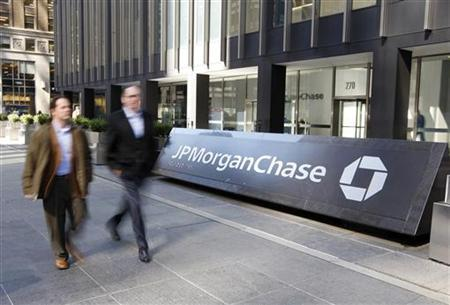 People walk past the JPMorgan Chase & Co building after Chase said yesterday it was buying Bear Stearns for $2 a share in New York March 17, 2008. REUTERS/Chip East
