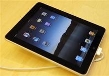 """<p>Планшетник iPad в магазине Apple в Сан-Франциско 3 апреля 2010 года.Решение Apple Inc отложить продажи планшета iPad вне США возможно раздражает покупателей в Германии, Франции или США, однако осветило будни немалого числа предприимчивых """"серых"""" продавцов. REUTERS/Robert Galbraith</p>"""