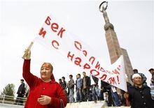 <p>Сторонники свергнутого президента Киргизии Курманбека Бакиева на демонстрации в Джалалабаде 14 апреля 2010 года. Свергнутый президент Киргизии Курманбек Бакиев говорит, что готов отказаться от власти и покинуть страну, но продолжает собирать тысячи своих сторонников на митинги, оживляя застарелые этнические конфликты в регионе. REUTERS/Denis Sinyakov</p>