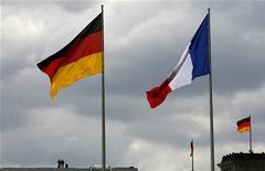 <p>Bandiera tedesca e bandiera francese in foto d'archivio. REUTERS/Tobias Schwarz</p>