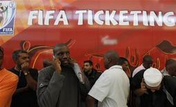 <p>Larga fila y espera para comprar boletos para el Mundial de Fútbol 2010, en Soweto. Abr 15 2010. Un jubilado murió y la policía sudafricana debió intervenir en escaramuzas que se produjeron el jueves en la fila de miles de ciudadanos locales que se disputaron los 500.000 boletos en venta para el Mundial de fútbol. REUTERS/Mike Hutchings</p>