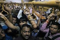 <p>Commuters travel in a suburban train in Mumbai February 24, 2010. REUTERS/Arko Datta</p>