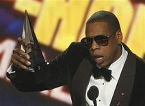 <p>Jay-Z accepts the favorite male hip hop artist award at the 2009 American Music Awards in Los Angeles, California November 22, 2009. REUTERS/Mario Anzuoni</p>