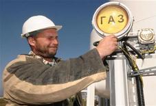 <p>Работник газодобывающего завода в Козьмино проверяет работу прибора, 22 октября 2009 года. Москва может обсудить с Киевом на следующей неделе вопрос снижения цены на газ для Украины, сказал президент РФ Дмитрий Медведев. REUTERS/Yuri Maltsev</p>