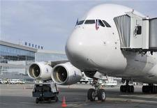 <p>Лайнер A380 на стоянке в аэропорту Домодедово 16 октября 2009 года. Российские авиакомпании задерживают или отменяют десятки рейсов в Европу из-за облака вулканической пыли, накрывшего континент, но не спешат следовать примеру властей соседних государств, закрывающих все больше аэропортов по мере его продвижения вглубь. REUTERS/Mitya Aleshkovskiy</p>