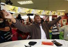<p>El sudafricano Mithethwa Sibusiso, fue la primera persona en comprar sus boletos cuando las ventas se iniciaron en Johannesburgo. Abr 15 2010. Más de 100.000 entradas para el Mundial de fútbol se vendieron en menos de dos días desde que se iniciaron en Sudáfrica las ventas presenciales, pero el número probable de hinchas extranjeros que acudirán se ha reducido a la mitad, dijo el jefe del comité organizador. REUTERS/Peter Andrews</p>
