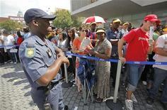 <p>Polícia mantém guarda enquanto fãs sul-africanos aguardam para comprar ingressos para a Copa do Mundo de 2010 em Sandton, Johanesburgo. Mais de 100 mil ingressos para as partidas da Copa do Mundo foram vendidos em menos de dois dias de vendas diretas com dinheiro vivo, mas o número de torcedores estrangeiros que provavelmente vão assistir às partidas caiu pela metade, disse o organizador chefe Danny Jordaan. 15/04/2010 REUTERS/Mike Hutchings</p>