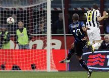 <p>Douglas Maicon marca um belo gol na vitória da Inter sobre a Juventus pelo Campeonato Italiano. REUTERS/Alessandro Garofalo</p>