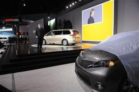 Toyota Group Vice President and General Manager Bob Carter introduces the 2010 Toyota Sienna minivans at the LA Auto Show in Los Angeles December 2, 2009. REUTERS/Phil McCarten