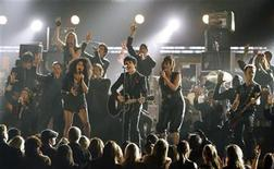 "<p>Green Day, with the cast of ""American Idiot"", performs ""21 Guns"" at the 52nd annual Grammy Awards in Los Angeles January 31, 2010. REUTERS/Mike Blake</p>"