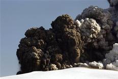 <p>Клубы пепла поднимаются над жерлом вулкана Эйяфьяллайекюль в Исландии 17 апреля 2010 года. Исландский вулкан Эйяфьяллайекюль продолжает извергать в атмосферу столбы пепла, но так мешавшее авиации облако из мельчайших твердых частиц сейчас опустилось на высоту около 2 километров, сообщили метеорологи в понедельник. REUTERS/Lucas Jackson</p>
