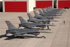 <p>Американские самолеты F-16 на авиабазе в Фарго, штат Северная Дакота, 27 октября 2006 года. Специалисты военной авиации одного из европейских государств НАТО обнаружили частицы стекла в двигателе истребителя F-16, что подчеркивает опасность вулканических облаков в воздушном пространстве Европы, сказал в понедельник высокопоставленный американский чиновник. REUTERS/U.S. Air Force photo by Senior Master Sgt. David H. Lipp/Handout</p>