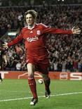 <p>Torres comemora gol contra o Benfica. Fernando Torres, atacante do Liverpool e da seleção espanhola, perderá o resto da temporada depois de passar por uma cirurgia no joelho neste domingo.08/04/2010.REUTERS/Phil Noble</p>