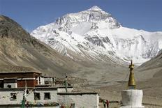 <p>Vingt alpinistes népalais se lancent cette semaine à l'assaut de l'Everest pour tenter de nettoyer les ordures accumulées au fil des décennies sur les pentes du toit du monde. /Photo d'archives/REUTERS/Ang Tshring Sherpa</p>