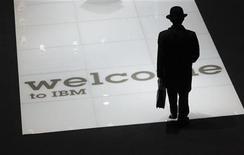 <p>Un hombre visita el espacio de IBM en la feria de computación CeBIT en Hannover, 2 de marzo de 2010. REUTERS/Thomas Peter</p>