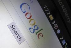 <p>Страница поисковой системы Google Inc на телефоне Blackberry в Энсинитасе, Калифорния 13 апреля 2010 года. Произошедшая в декабре хакерская атака на серверы Google Inc затронула систему хранения паролей пользователей, сообщила The New York Times, ссылаясь на источник, близкий к расследованию. REUTERS/Mike Blake</p>