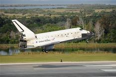 <p>L'atterraggio dello Space Shuttle al Kennedy Space Center, a Cape Canaveral, in Florida. REUTERS/Stan Honda/Pool</p>