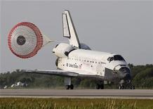 <p>El transbordador espacial Discovery aterrizó en el Centro Espacial Kennedy, en Cabo Cañaveral. Abr 20 2010. El transbordador espacial Discovery aterrizó el martes de forma segura en la Tierra tras completar una misión de reabastecimiento de 15 días a la Estación Espacial Internacional, en el viaje 131 del programa de transbordadores. REUTERS/Pierre Ducharme</p>