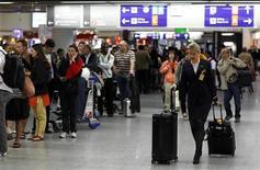 """<p>Пассажиры ждут возобновления перелетов в аэропорту во Франкфурте-на-Майне, 21 апреля 2010 года. Европа возобновила воздушное сообщение в среду, однако транспортный хаос, вызванный извержением исландского вулкана, сохраняется и понадобятся недели, чтобы ликвидировать """"пробку"""". REUTERS/Johannes Eisele</p>"""