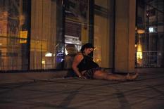 <p>Пьяная женщина спит на улице Ньюкасла 3 мая 2009 года. Жители Ирландии и Великобритании - самые горькие пьяницы в Европе, констатирует исследование компании TNS Opinion по заказу Еврокомиссии. REUTERS/Nigel Roddis/Files</p>