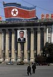 <p>Люди проходят мимо здания с портретом Ким Ир Сена в Пхеньяне 27 февраля 2008 года. КНДР потребовала в среду присвоить ей статус ядерной державы, утверждая, что создаст ядерное оружие, если посчитает нужным. REUTERS/David Gray</p>