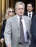 <p>Michael Douglas deixa tribunal em Manhattan após sentença de seu filho, Cameron Douglas. REUTERS/Shannon Stapleton</p>