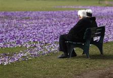 <p>An elderly couple sit on a bench next crocus flowers in a park in Duesseldorf March 17, 2010. REUTERS/Ina Fassbender</p>