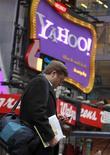 <p>Homem passa por painel do Yahoo em Nova York. O Yahoo superou as expectativas de Wall Street para seu lucro trimestral graças à venda de alguns de seus ativos e ao acordo no setor de buscas com a Microsoft, mas a receita da companhia decepcionou.25/01/2010.REUTERS/Brendan McDermid</p>