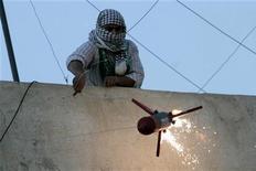 """<p>Сторонник """"Франта исламского действия"""" поджег игрущечную ракету во время демонстрации в Аммане 31 октября 2008 года. Две ракеты были выпущены с территории Иордании по израильскому курортному городу Эйлат, расположенному на побережье Красного моря, но упали еще на территории Иордании, сообщила газета Haaretz на своем сайте. REUTERS/Muhammad Hamed</p>"""