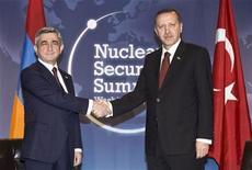 <p>Президент Армении Серж Саргсян и премьер-министр Турции Тайип Эрдоган пожимают руки на Саммите по ядерной безопасности в Вашингтоне 12 апреля 2010 года. Парламентское большинство Армении предложило приостановить ратификацию армяно-турецких протоколов, предусматривающих налаживание отношений между двумя странами. REUTERS/Prime Minister's Press Office/Handout/Kayhan Ozer</p>