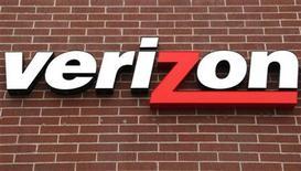 <p>Imagen de archivo del logo Verizon en una tienda en Westminster. Abr 26 2009. Verizon Communications Inc reportó el jueves una disminución de ganancias del primer trimestre, porque asumió un cargo robusto y una contracción del aumento de suscripciones peor que lo que había esperado Wall Street. REUTERS/Rick Wilking/ARCHIVO</p>