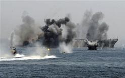 <p>Иранский военный корабль и катеры участвуют в военно-морских учениях в Ормузском проливе 22 апреля 2010 года. Корпус стражей исламской революции Ирана начал в четверг масштабные трехдневные учения в Ормузском проливе, стратегически важном для мировых поставок нефти, сообщает государственное телевидение Ирана. REUTERS/Fars News</p>