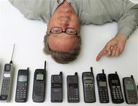 <p>Homem posa com velhos celulares em San Diego. Um novo estudo examinando a relação entre o uso de aparelhos celulares e problemas de saúde no longo prazo, como câncer e doenças neurológicas, foi lançada nesta quinta-feira em cinco países europeus. A pesquisa deve durar algumas décadas.20/04/2010.REUTERS/Mike Blake</p>