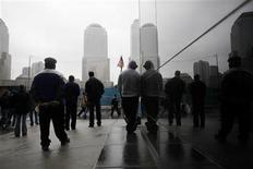 <p>People pause for a moment of silence to pay their respects at the site of the former twin towers on the eighth anniversary of the attacks on the World Trade Center in New York, September 11, 2009. REUTERS/Carlos Barria</p>