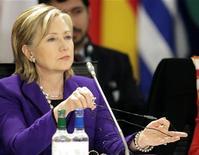 <p>Госсекретарь США Хиллари Клинтон на саммите министров иностранных дел стран НАТО в Таллине 22 апреля 2010 года. США не планируют в ближайшем будущем выводить ядерное оружие из Европы и пойдут на это только в том случае, если Россия передислоцирует свой тактический арсенал подальше от границ НАТО. REUTERS/Ints Kalnins</p>