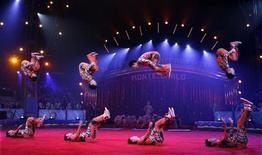 <p>Китайская акробатическая труппа из Шаньдуна выступает на 34-й церемонии награждения International Circus Festival в Монте-Карло 19 января 2010 года. Президент Туркмении Курбанкули Бердымухамедов лично открыл в пятницу представление в цирке, который был запрещен его предшественником девять лет назад. REUTERS/Eric Gaillard</p>