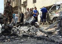 <p>Жители Багдада собираются вокруг места взрыва бомбы 23 апреля 2010 года. Серия взрывов в столице Ирака унесла жизни как минимум 56 человек, 112 получили ранения, сообщил источник в министерстве обороны страны. REUTERS/Stringer</p>