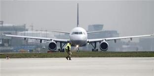 <p>Un avión Lufthansa se prepara para despegar, en el aeropuerto de Frankfurt. Abr 21 2010. España y el comisario europeo de Transportes llamaron el viernes a que Europa acelere la adopción de un espacio aéreo común para mejorar las respuestas a problemas como la nube de ceniza volcánica que dejó a millones de pasajeros varados. REUTERS/Johannes Eisele</p>